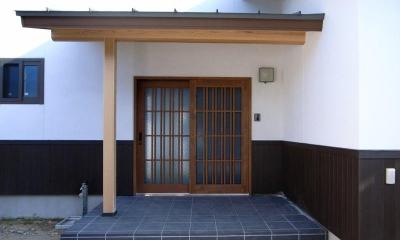 『横手の家』〜自然素材たっぷりの和風住宅〜 (格子戸の和風玄関)