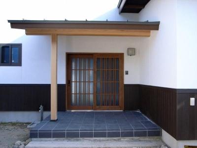 格子戸の和風玄関 (『横手の家』〜自然素材たっぷりの和風住宅〜)