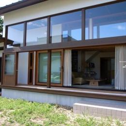 『横手の家』〜自然素材たっぷりの和風住宅〜 (庭より縁側・室内を見る)