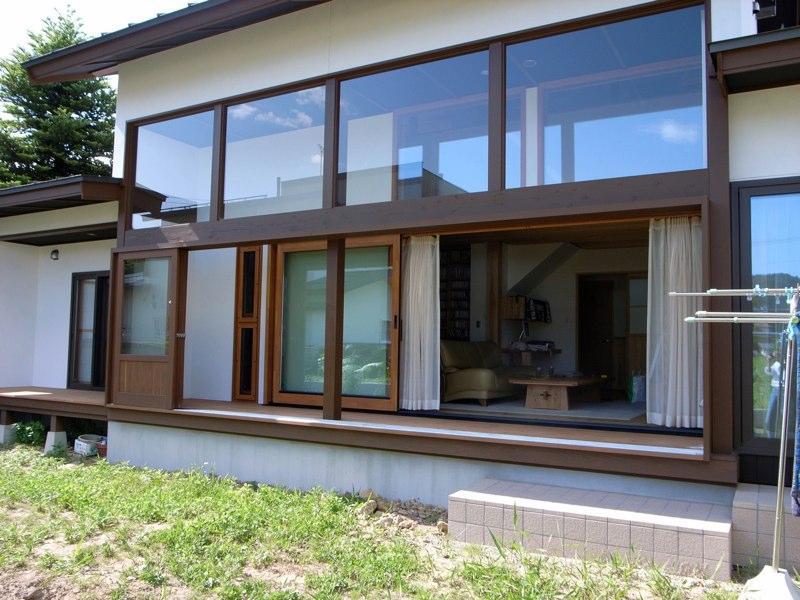 『横手の家』〜自然素材たっぷりの和風住宅〜の写真 庭より縁側・室内を見る