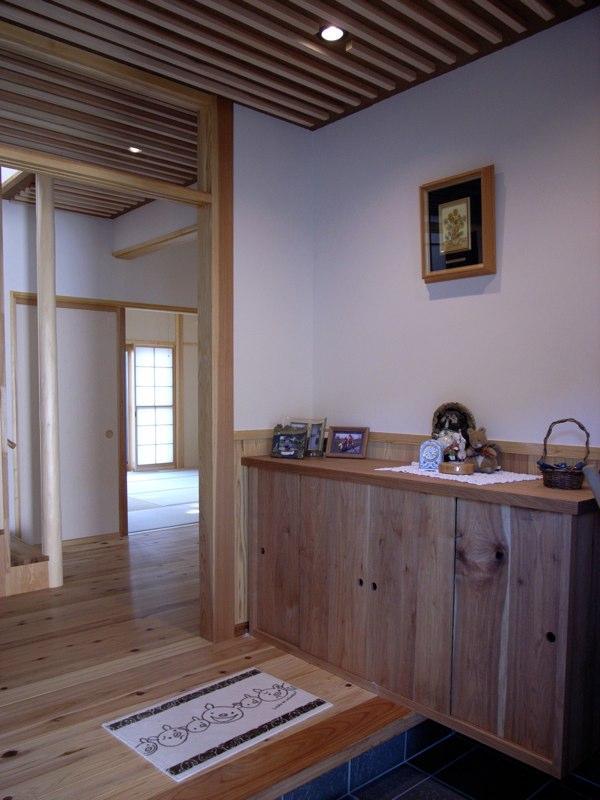 『横手の家』〜自然素材たっぷりの和風住宅〜の写真 ウッディな和風玄関内部