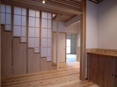 『横手の家』〜自然素材たっぷりの和風住宅〜 (障子格子の裏は階段)