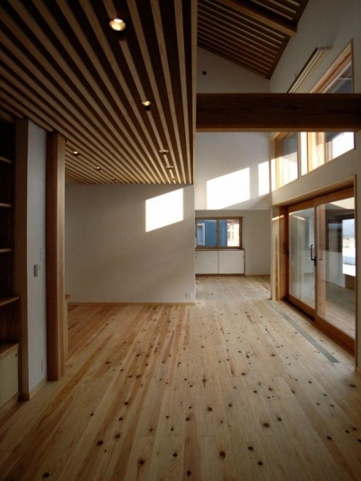 吹き抜けリビング (『横手の家』〜自然素材たっぷりの和風住宅〜)