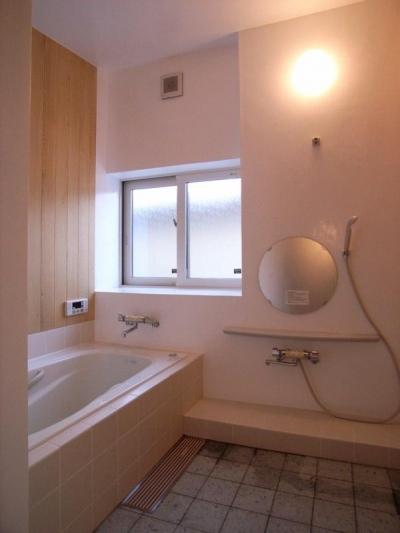 十和田石の床の浴室 (『横手の家』〜自然素材たっぷりの和風住宅〜)