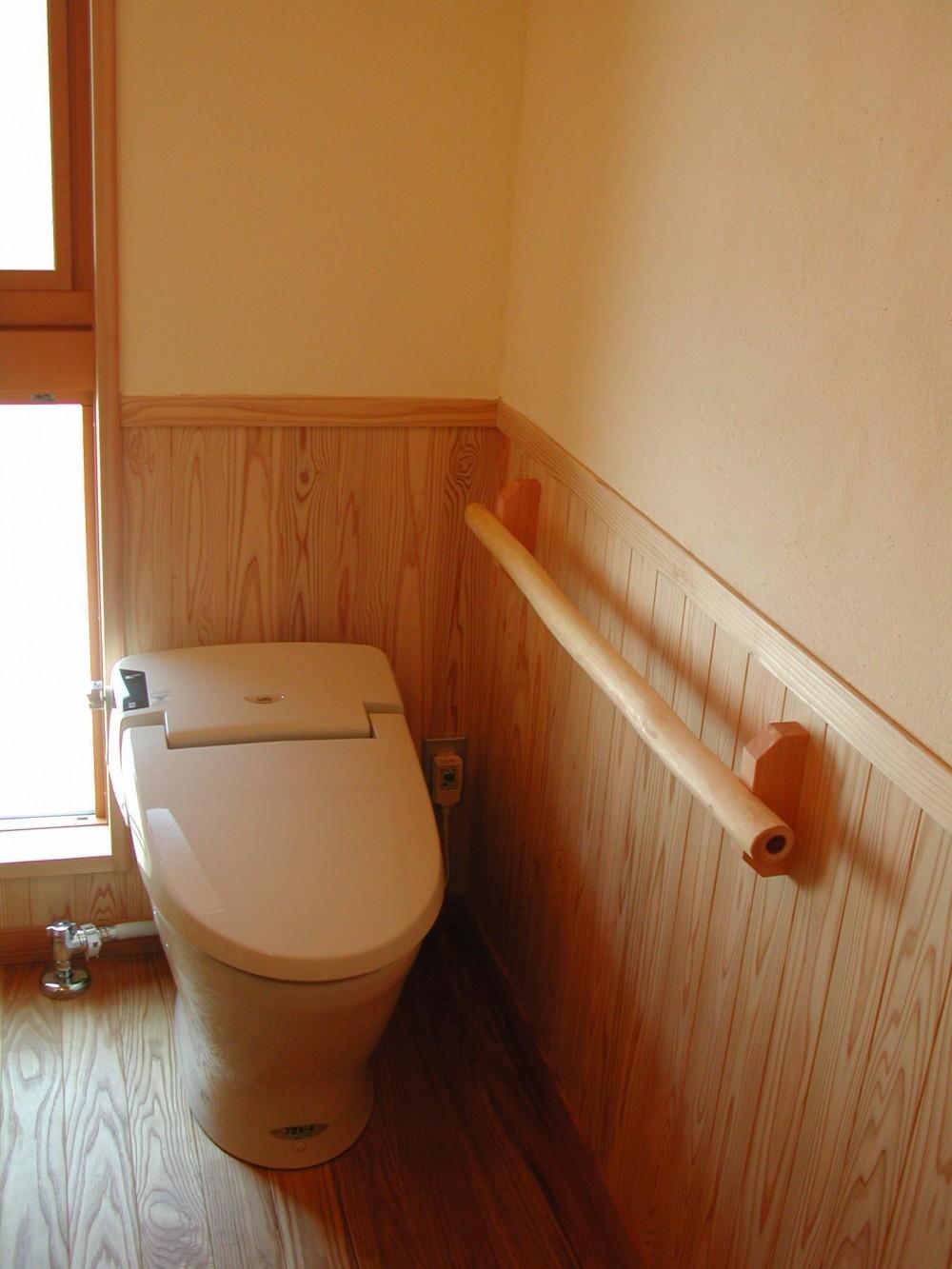シニア世代の木の家 (トイレ)