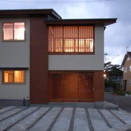 『上町の家』〜格子戸で囲まれた温かな住まい〜 (南側外観-夕景)