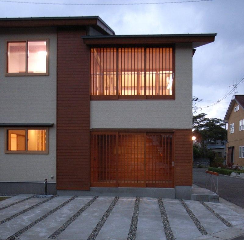 『上町の家』〜格子戸で囲まれた温かな住まい〜の部屋 南側外観-夕景