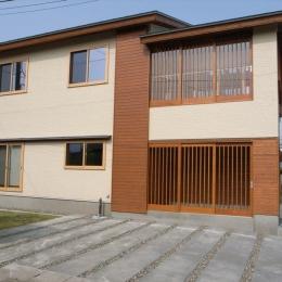 『上町の家』〜格子戸で囲まれた温かな住まい〜 (南側外観-アプローチ・玄関closed)