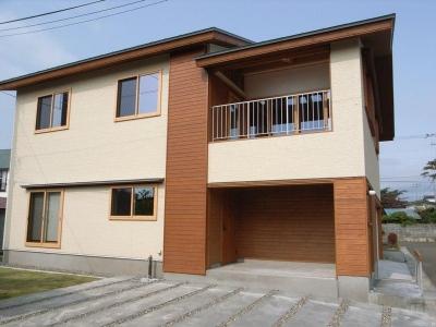 南側外観-アプローチ・玄関open (『上町の家』〜格子戸で囲まれた温かな住まい〜)