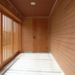 格子戸で囲まれた玄関アプローチ