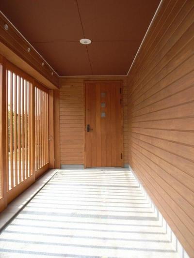 『上町の家』〜格子戸で囲まれた温かな住まい〜 (格子戸で囲まれた玄関アプローチ)