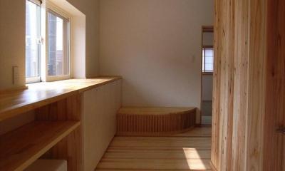 『上町の家』〜格子戸で囲まれた温かな住まい〜 (木の温もり感じる玄関)