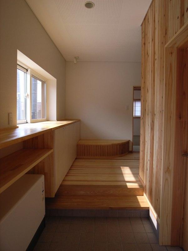 『上町の家』〜格子戸で囲まれた温かな住まい〜の部屋 木の温もり感じる玄関