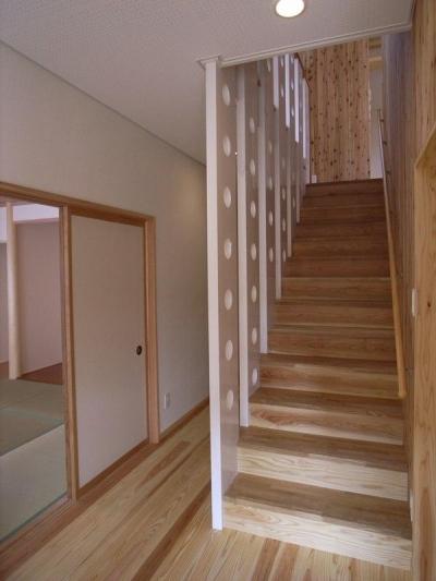 木製階段 (『上町の家』〜格子戸で囲まれた温かな住まい〜)