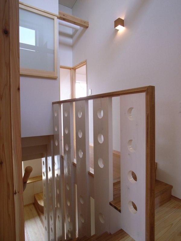 『上町の家』〜格子戸で囲まれた温かな住まい〜の部屋 個性的な2階階段手すり