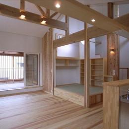 『上町の家』〜格子戸で囲まれた温かな住まい〜 (梁を活かした明るいLDK-1)