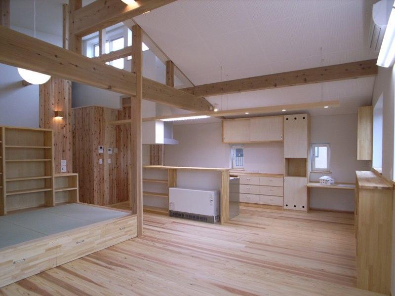 『上町の家』〜格子戸で囲まれた温かな住まい〜の部屋 梁を活かした明るいLDK-2
