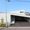 翼のような曲線屋根の家-正面外観