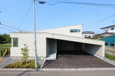 翼のような曲線屋根の家-正面外観 (『wing』〜翼のような曲線屋根の家〜)