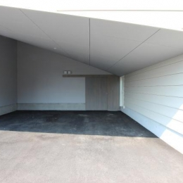 『wing』〜翼のような曲線屋根の家〜 (傾斜天井の駐車場)
