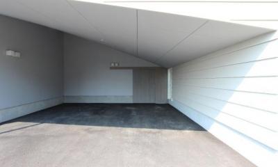 傾斜天井の駐車場|『wing』〜翼のような曲線屋根の家〜