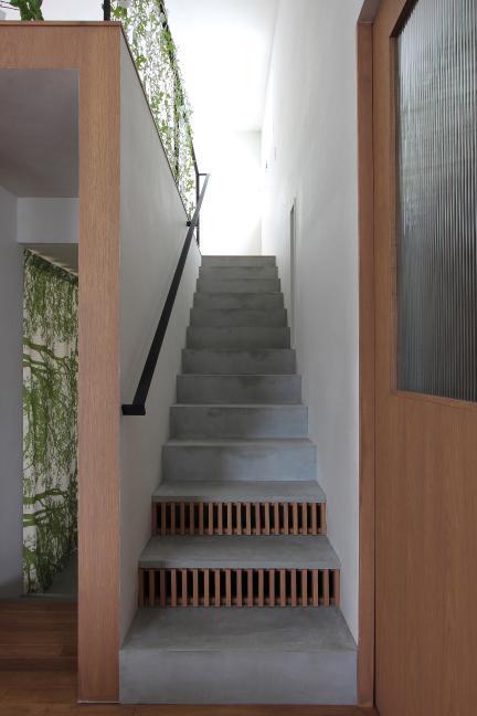 『wing』〜翼のような曲線屋根の家〜 (室内階段)