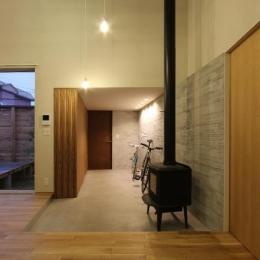 薪ストーブのある広々玄関土間