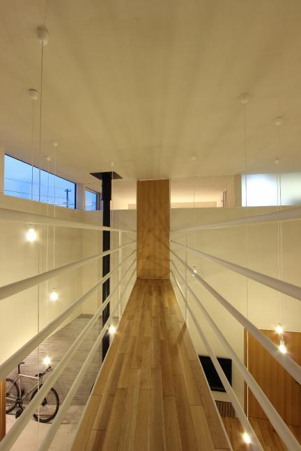 『hoshizora』〜ヒカリとアカリが楽しめる家〜の部屋 橋のような廊下・星のような照明