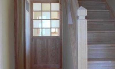 『内田の家』〜住むほどに味わいが増す、心地よい住まい〜 (無塗装の落ち着いた雰囲気の木製階段)