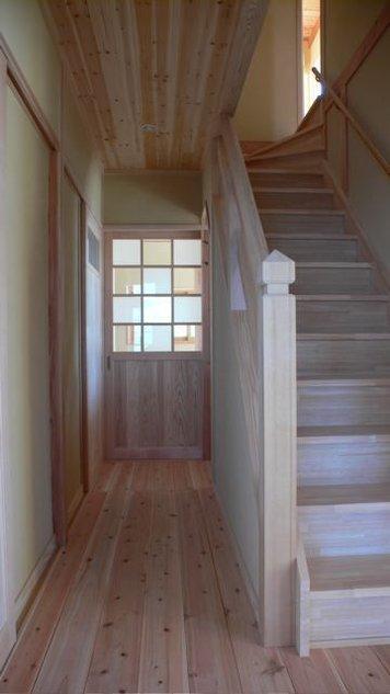 『内田の家』〜住むほどに味わいが増す、心地よい住まい〜の部屋 無塗装の落ち着いた雰囲気の木製階段