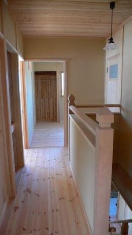 『内田の家』〜住むほどに味わいが増す、心地よい住まい〜 (2階廊下と階段手すり)