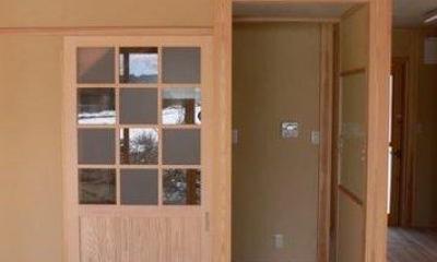 『内田の家』〜住むほどに味わいが増す、心地よい住まい〜 (すりガラスと透明ガラスの市松模様の建具)