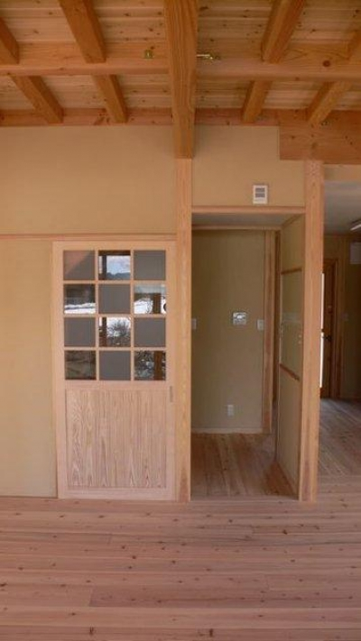 すりガラスと透明ガラスの市松模様の建具 (『内田の家』〜住むほどに味わいが増す、心地よい住まい〜)