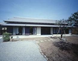 『富士宮の家』〜箱階段のある家〜 (いぶし瓦と土壁色の和風住宅外観-1)