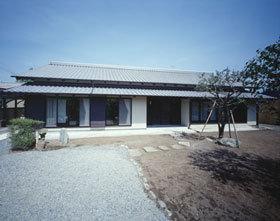『富士宮の家』〜箱階段のある家〜の写真 いぶし瓦と土壁色の和風住宅外観-1
