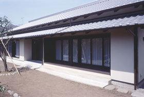 『富士宮の家』〜箱階段のある家〜の写真 いぶし瓦と土壁色の和風住宅外観-2