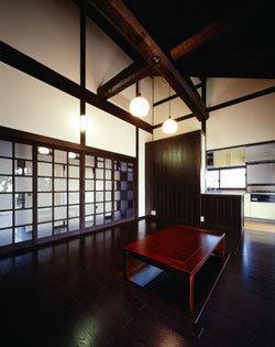 『富士宮の家』〜箱階段のある家〜の写真 古材の梁組が見える吹き抜けリビング