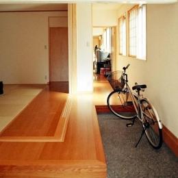 『work/YOH』〜リノベーションで人の集まる住まいへ〜 (通り庭のような玄関とお茶飲み場)