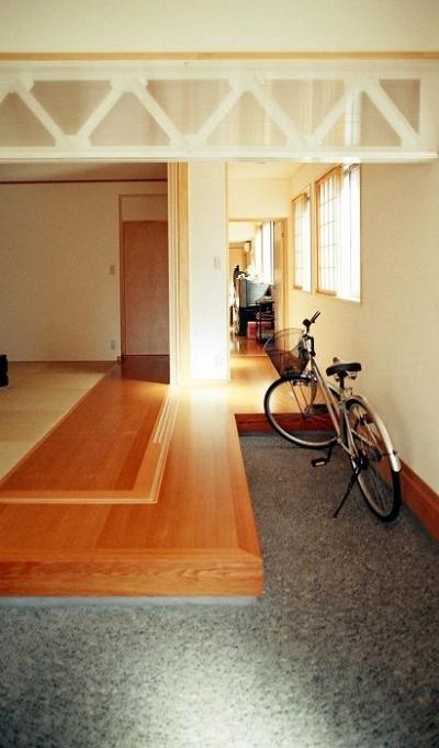 通り庭のような玄関とお茶飲み場 (『work/YOH』〜リノベーションで人の集まる住まいへ〜)