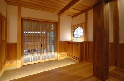 木に包まれる和風玄関-1 (『光陰の家』〜自然素材にこだわった和モダンの家〜)