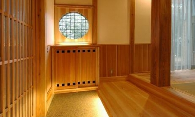 『光陰の家』〜自然素材にこだわった和モダンの家〜 (木に包まれる和風玄関-2)
