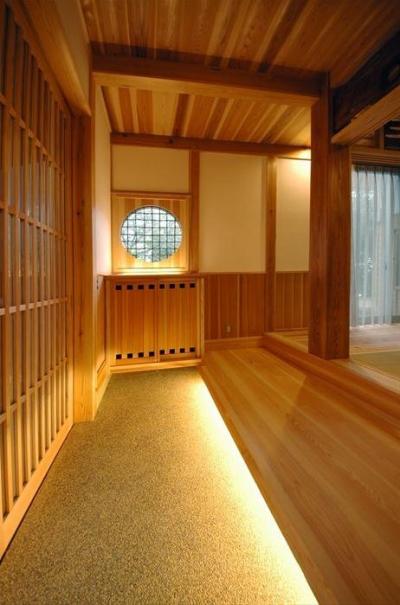 木に包まれる和風玄関-2 (『光陰の家』〜自然素材にこだわった和モダンの家〜)