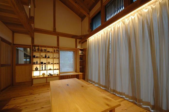 『光陰の家』〜自然素材にこだわった和モダンの家〜の部屋 吹き抜けのリビング