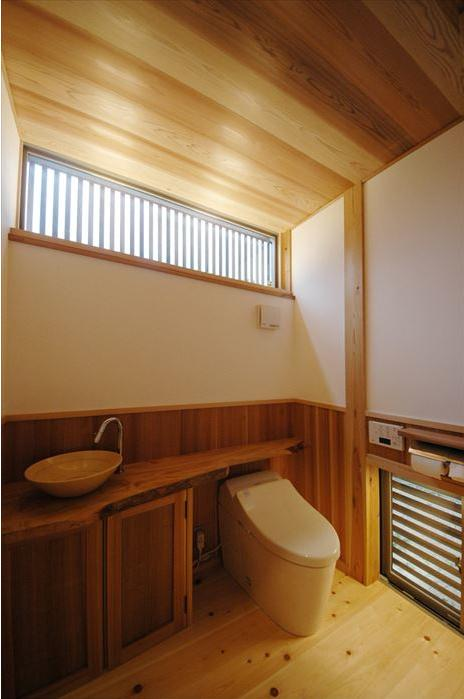『光陰の家』〜自然素材にこだわった和モダンの家〜の部屋 木の温もり感じるトイレ