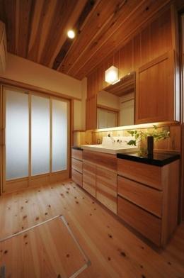 『光陰の家』〜自然素材にこだわった和モダンの家〜 (木の温もり感じる開放的な洗面所)