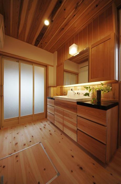 『光陰の家』〜自然素材にこだわった和モダンの家〜の部屋 木の温もり感じる開放的な洗面所