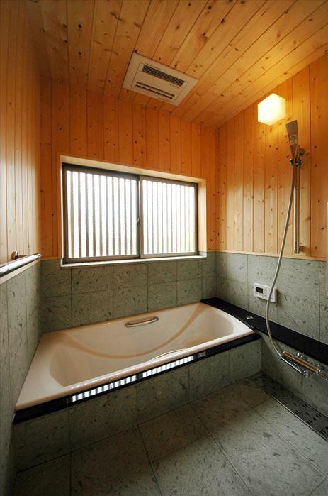 『光陰の家』〜自然素材にこだわった和モダンの家〜 (木の温もり感じる浴室)