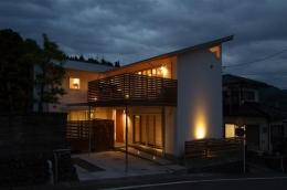 狭小土地に建つ自然素材で造る2世帯住宅 (自然素材の2世帯住宅外観)