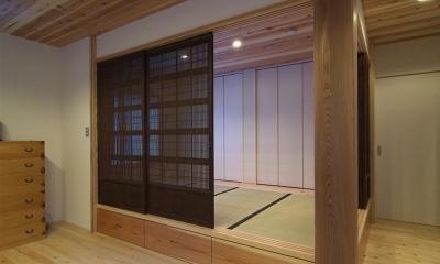 狭小土地に建つ自然素材で造る2世帯住宅 (床下収納のある畳スペース)