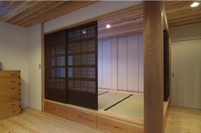床下収納のある畳スペース (狭小土地に建つ自然素材で造る2世帯住宅)